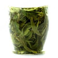 Стакан с заваренным зелёным чаем СиХу Лун Цзин