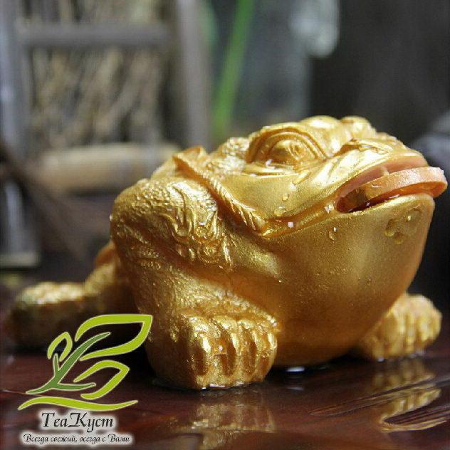 Статуэтка Золотой Жабы меняет свой цвет после поливания кипятком
