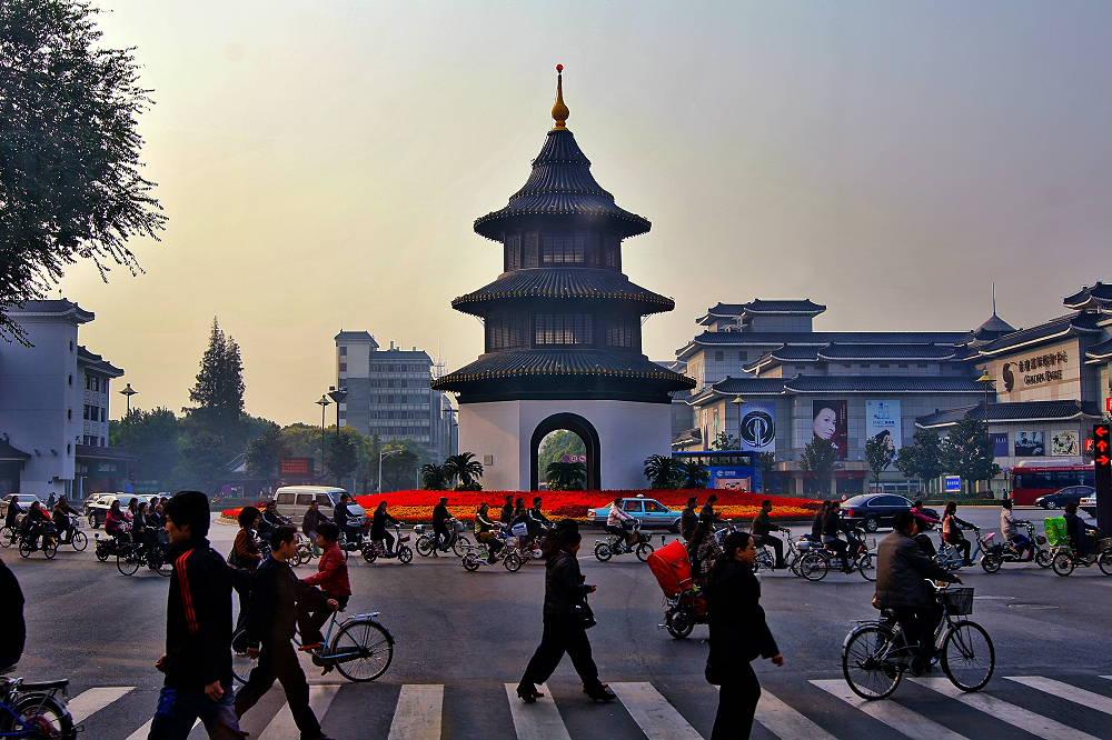 На центральной площади в Янчжоу всегда людно
