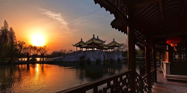 Закат над мостом в одном из лучших мест находящемся в Западном озере Живописного района города Янчжоу.