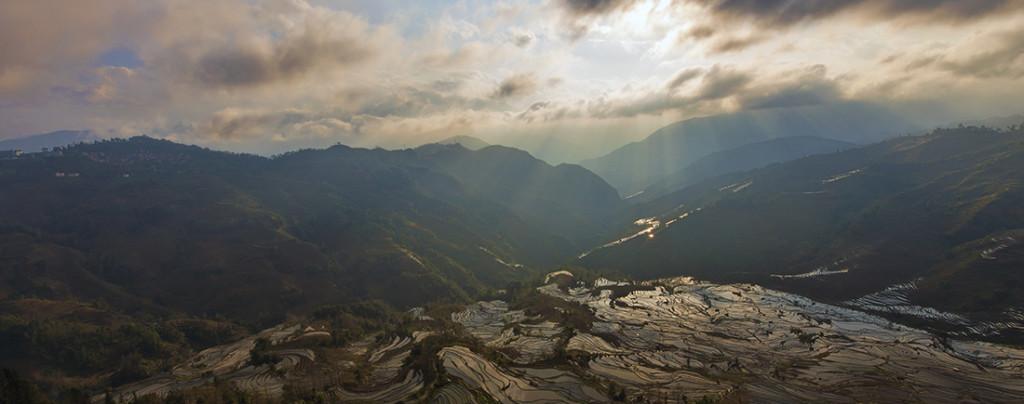 Закат над рисовыми плантациями в Юньнани