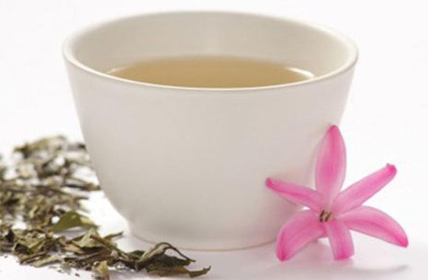 Цвет настоя белого чая зависит от времени заваривания от полностью прозрачного до нежно жёлтого