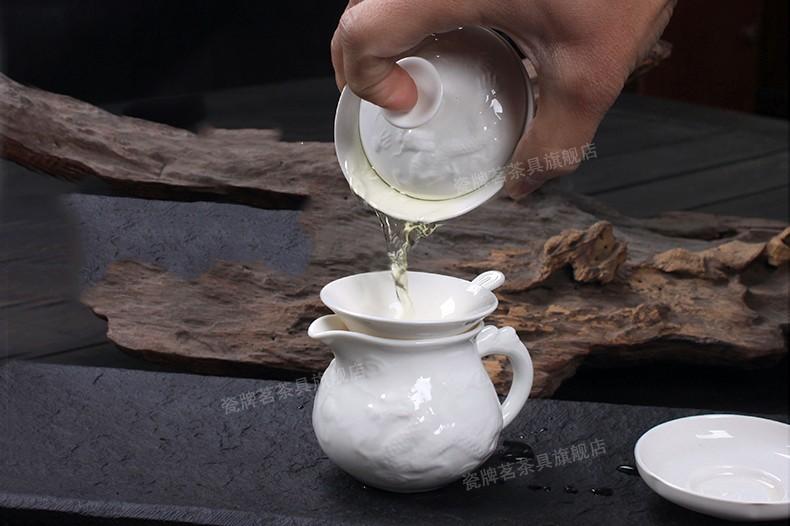 Через ситечко чай сливается в чахай или сливник (Чайный сервиз Белый дракон)