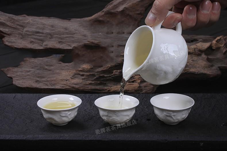 Чай разливается по пиалам равномерно при помощи сливника (Чайный сервиз Белый дракон)