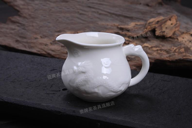 Чахай или сливник поможет разлить чай равномерно по пиалам (Чайный сервиз Белый дракон)