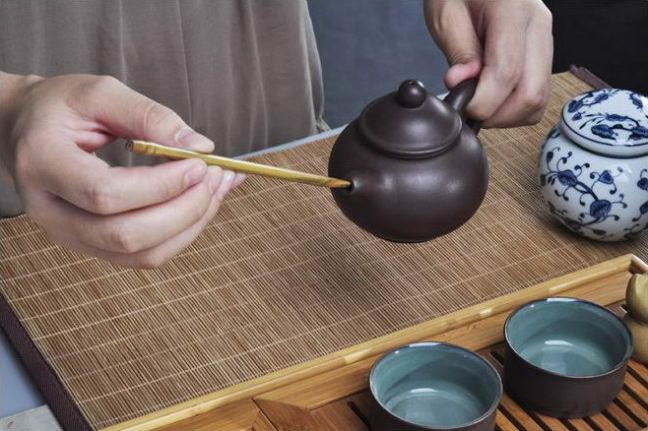 Инструменты для чайной церемонии. Игла поможет очистить излив чайника.