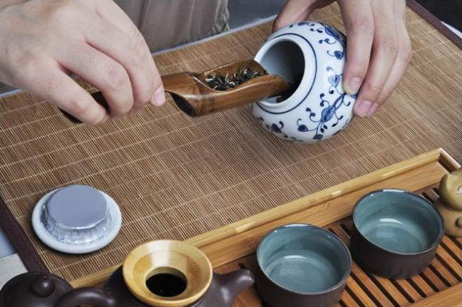 Использование ложки поможет избежать повреждения чайных листьев.