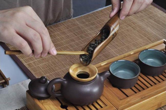 Использование скребка, ложки и воронки позволит чаю оставаться до заваривания в таком виде, в котором вы его купили.