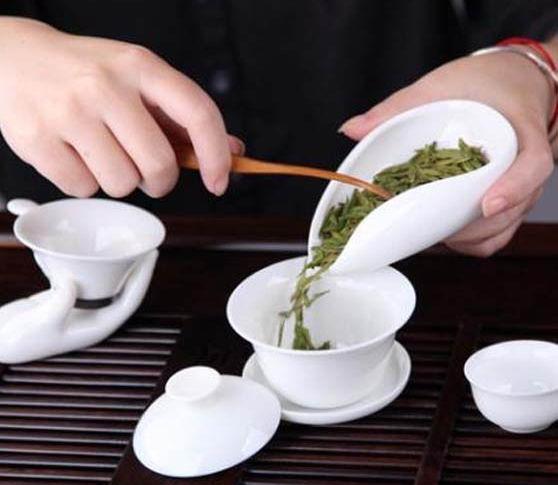 Насыпание чая из Ча Хэ в гайвань для дальнейшего заваривания.