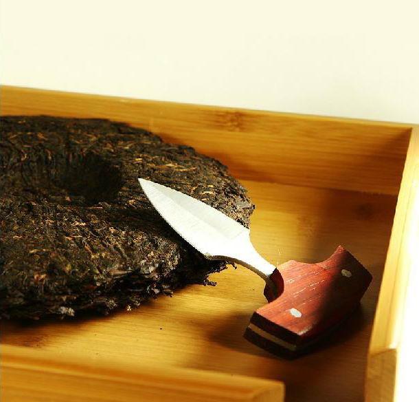 Разделывать пуэр специальным ножом куда удобнее, чем подручным инструментом.
