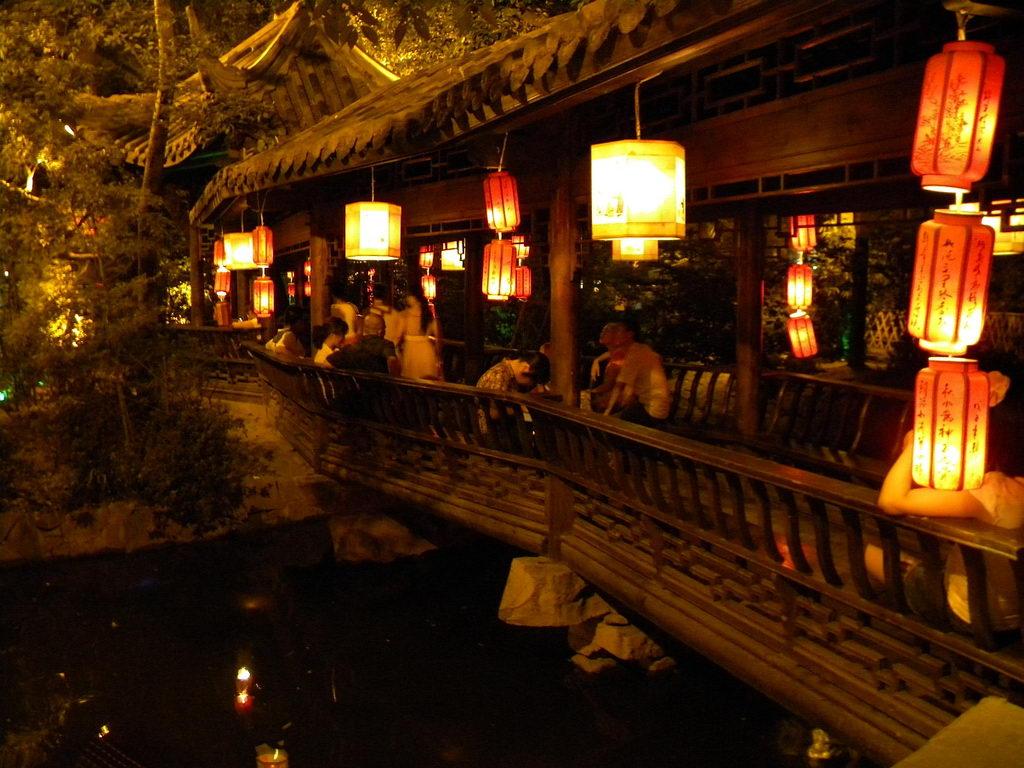 Улица Цзиньли ночью. Города Чэнду. Автор: J.O. Jou
