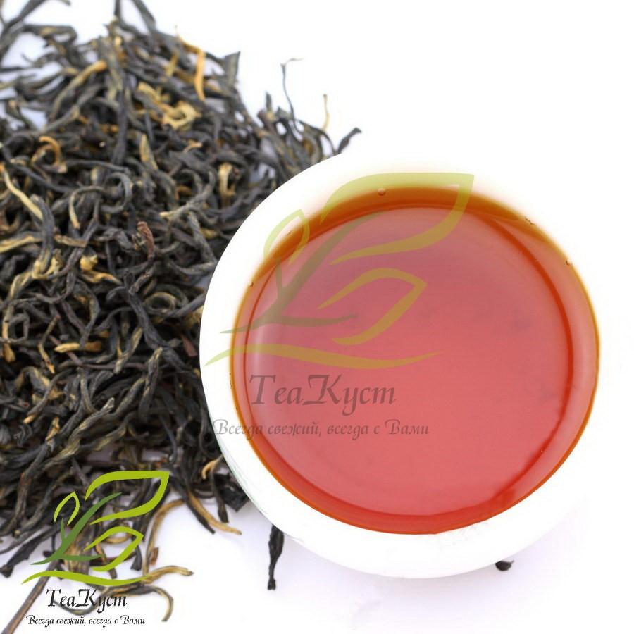 Лапсан Сушонг (Золотые листочки из Чжэн Шань Сяо Чжун) налитый в пиалу