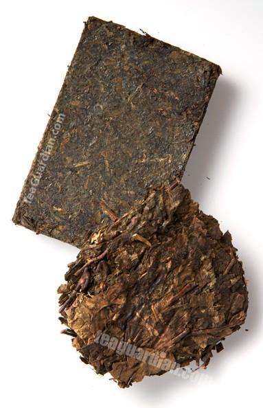 Кирпичный чай Занг Ча (Zang Cha 藏茶茶磚), новый и старый. Занг Ча - это тёмный чай, который обычно пьют тибетцы. Обратите внимание на обломок старого типа чая сверху: как сломанные старые листья и стебли использовались для формирования этого продукта. Новый вариант чая стал лишён этого недостатка.