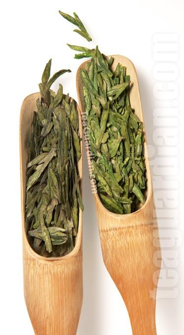 Две партии зелёного чая Лунцзинь, 2,5 года хранения. Слева в герметичной посуде, при комнатной температуре, справа в холодильнике в той же посуде.