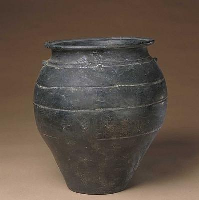 Керамическая ваза культуры Луншань (龙山文化黑陶双系罐)