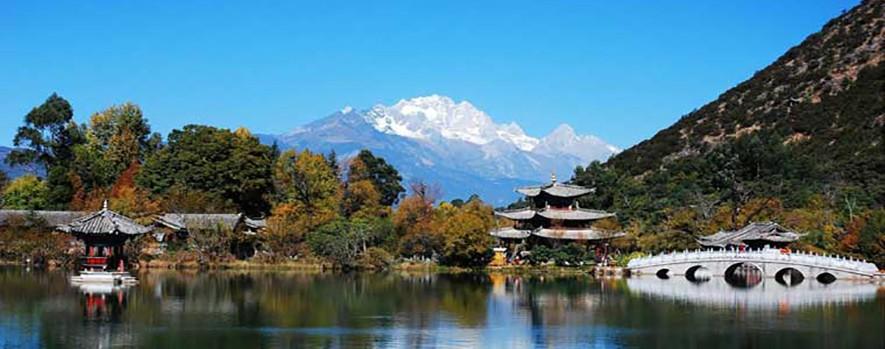 Пруд Чёрного Дракона. Парк в Лицзян, Юньнань, Китай.
