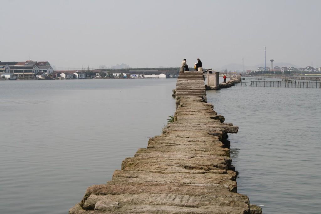Древний мост через озеро ДзинХу