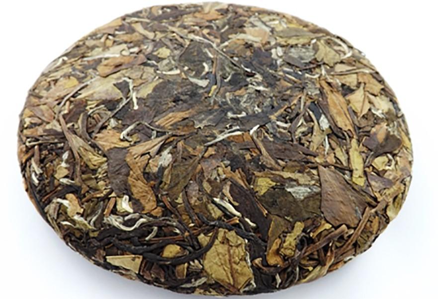 Одна из форм изготовления белого чая - пресованный круг или блин. Перед нами блин белого чая Бай Мудань.