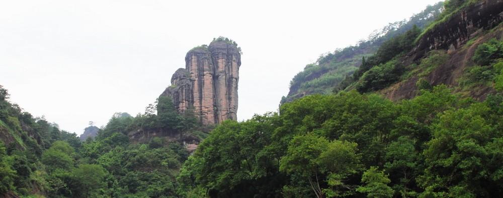 Занменитый утёс в горах Уишань. Автор Zhangzhugang.