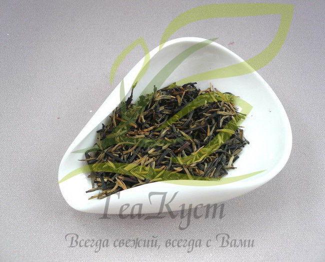 Чахэ из белого фарфора отлично контрастирует с чаем.