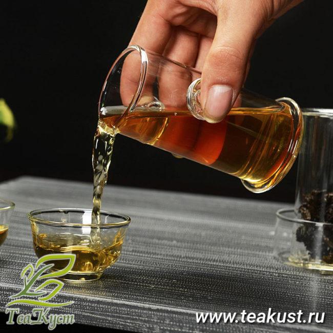 Заваренный чай из колбы наливаем в пиалу