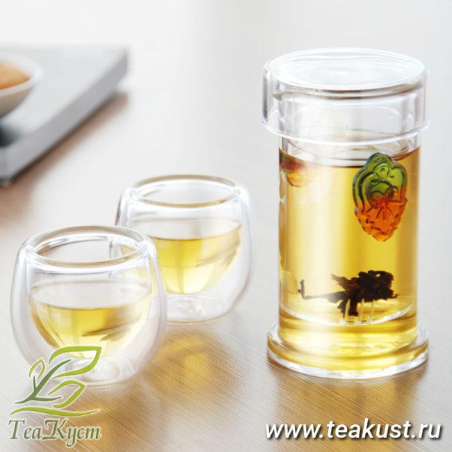 Прозрачная колба с лепестками для чая впишется в любую обстановку
