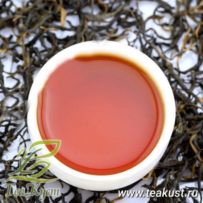Пиала с заваренным красным чаем Дянь Хун