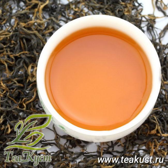 Настой чая Цзинь Цзюнь Мэй цвета красного дерева