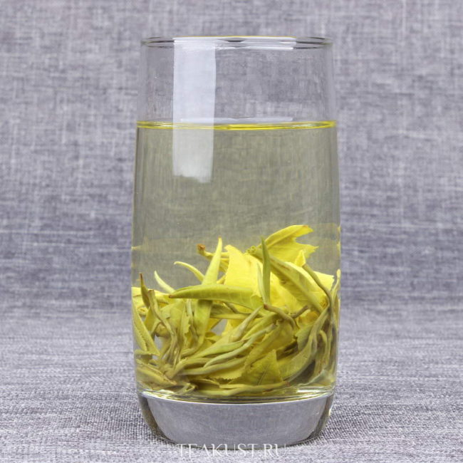 Стакан с заваренным зелёным чаем Юньнань Билочунь